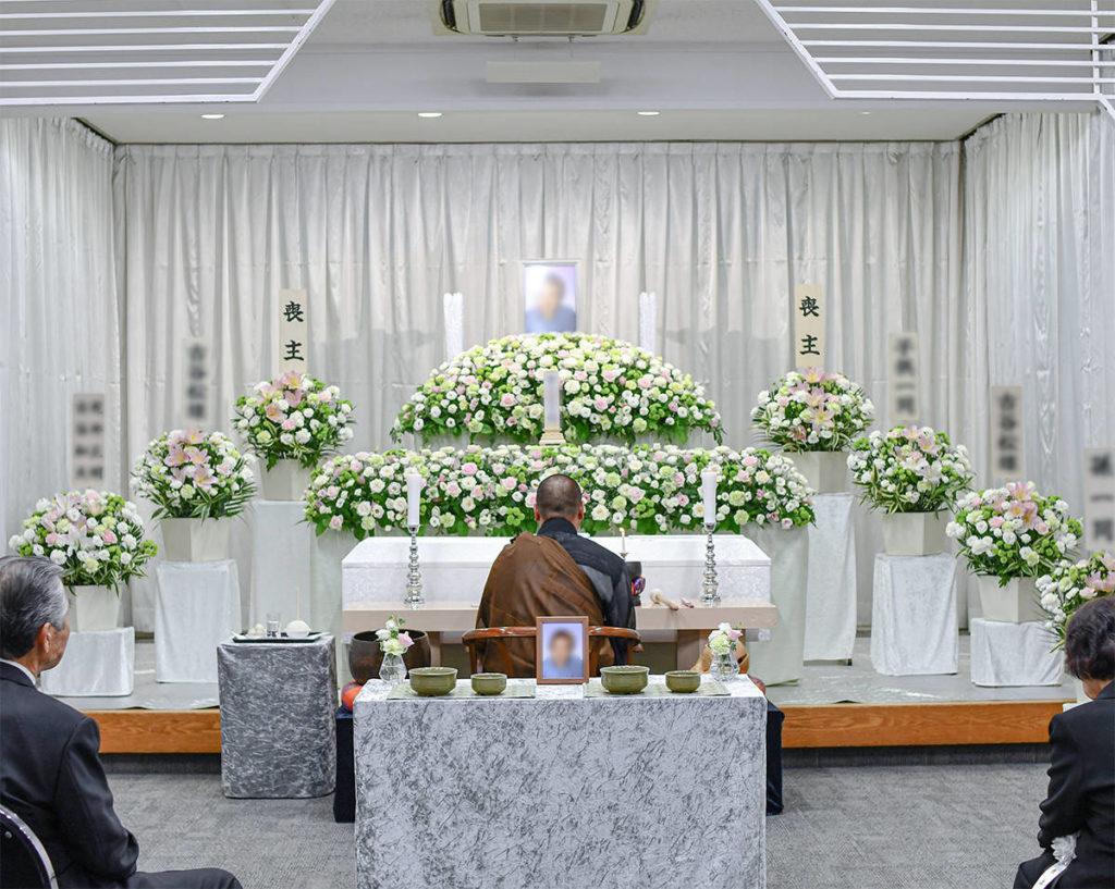 故人さまらしい色合いの花祭壇を