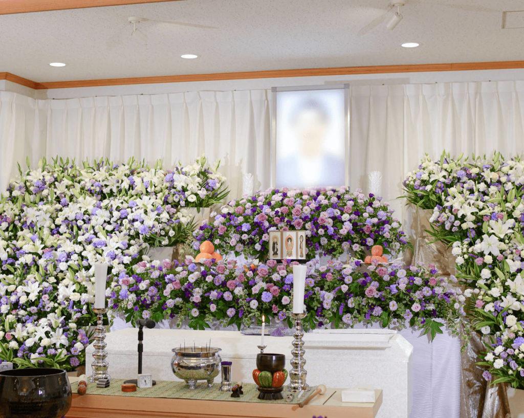 たくさんのお供えのお花で埋め尽くされた祭壇