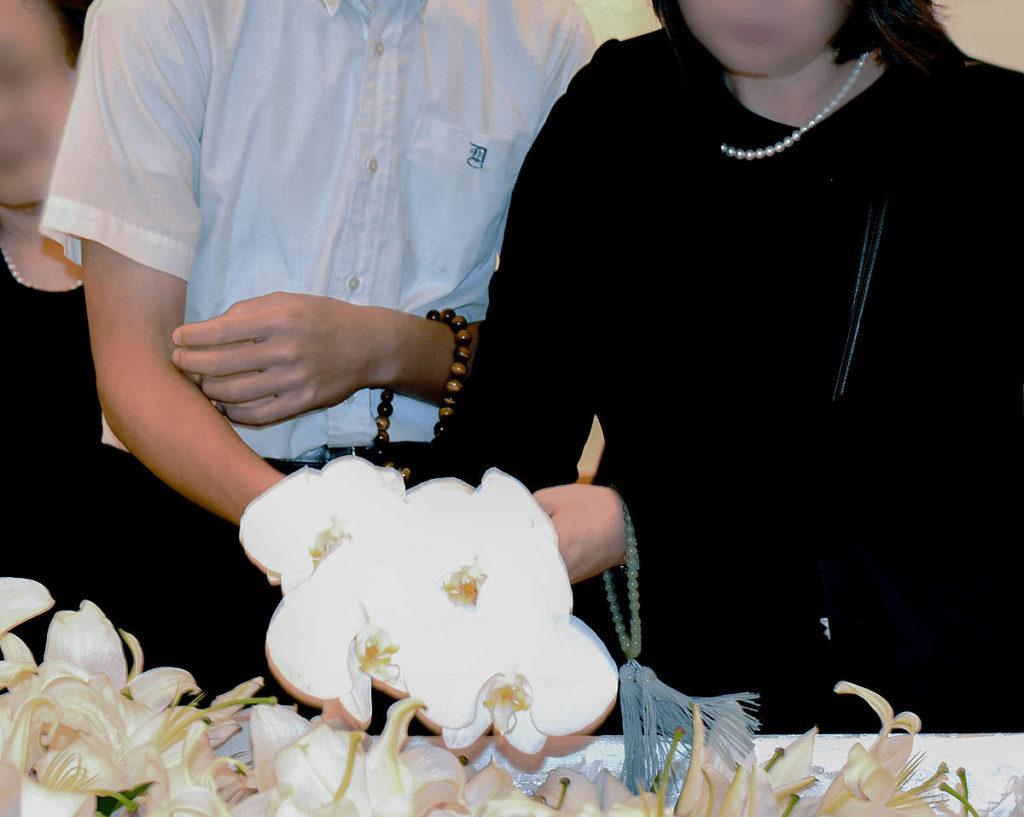 お棺の中にお供えの花々を手向けます