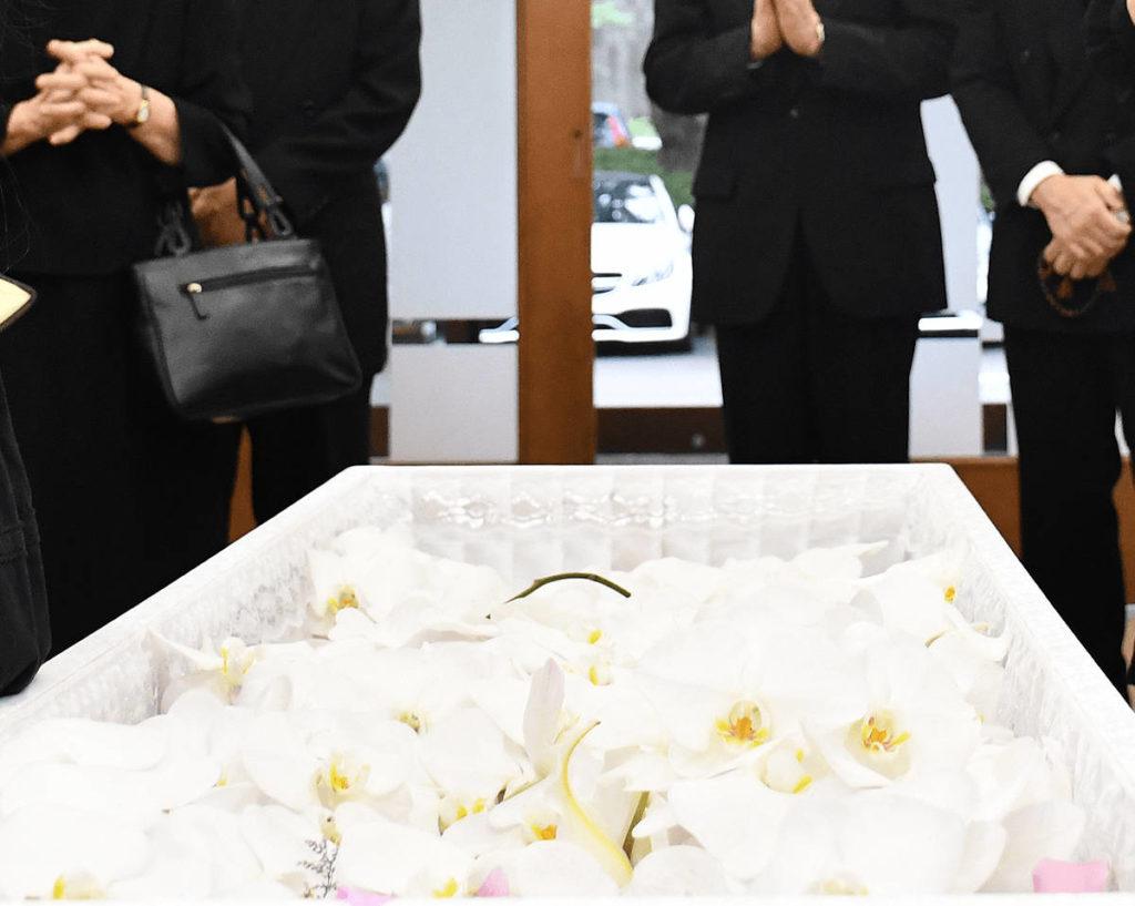 ご準備させて頂いたお花などを棺の中へ