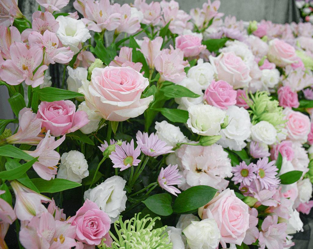 祭壇のお花はお姉さまの雰囲気をイメージ