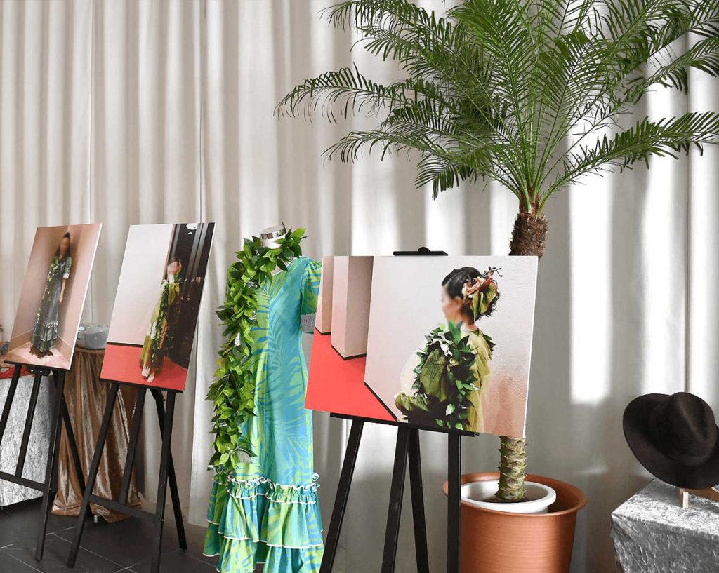 多くの仲間と楽しまれていたフラダンスの衣装や写真パネルを展示