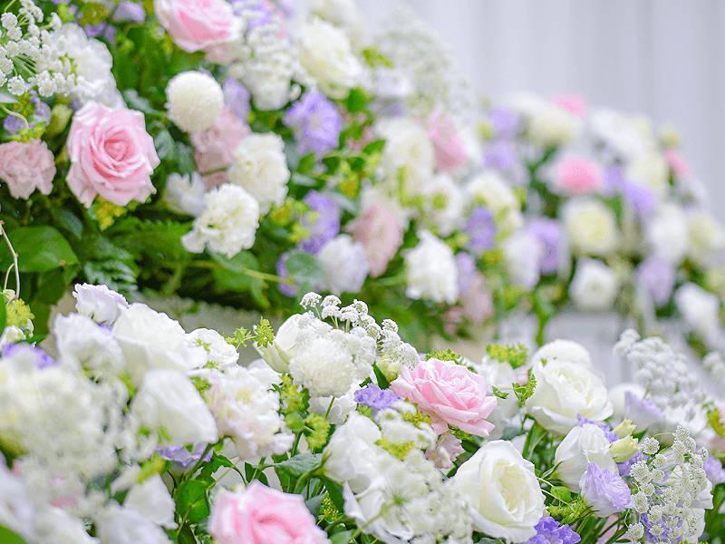 ホワイトをベースにパステル系のピンクとムラサキのお花でやさしさを表現