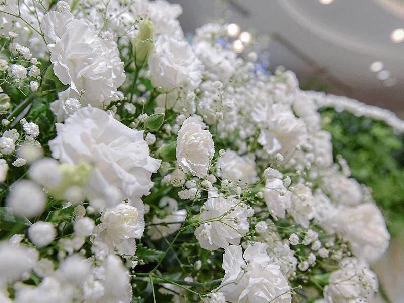 ホワイト一色で、やわらかい雰囲気と伝統的な弔いの強い思いを表現
