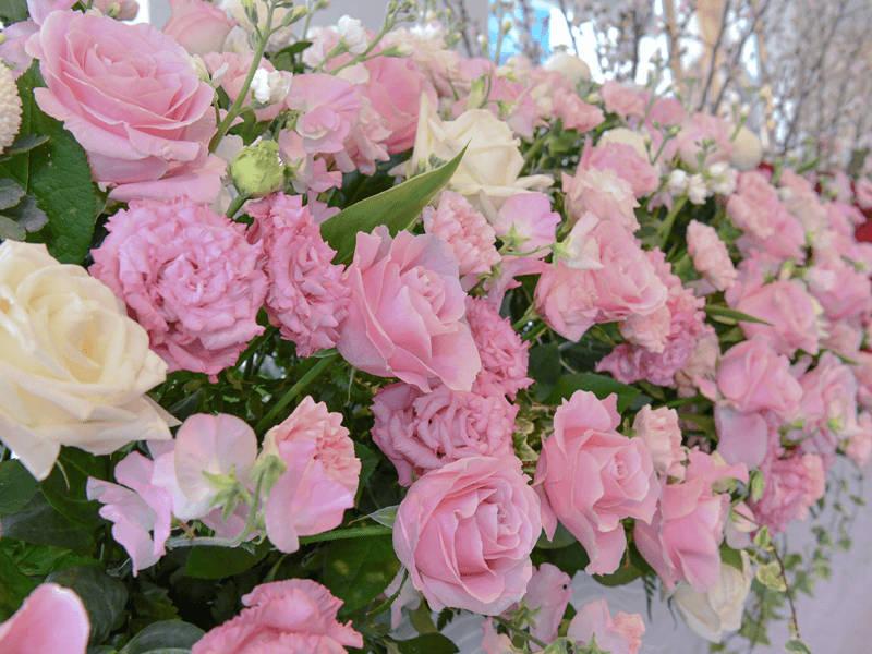 ピンクをメインにして、故人さまの生前の優しさと、故人さまへの愛情を表現