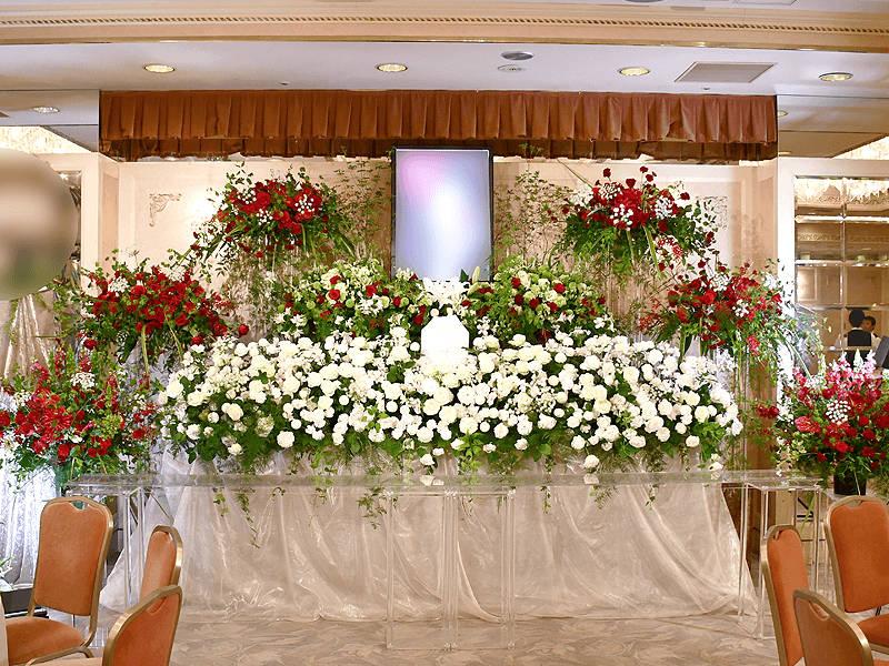 豪快でスタイリッシュな赤と白のコントラスト祭壇